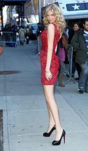 Vestido rojo con zapatos negros